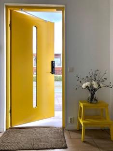 Kuva, joka sisältää kohteen sisä, keltainen, pöytä, huone Kuvaus luotu automaattisesti